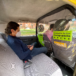 Pajasero de un taxi que tiene un panel protector instalado