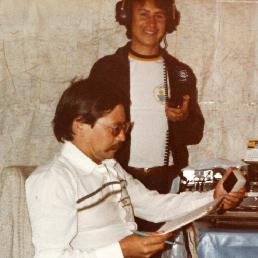 José Eduardo Hernández con un radioteléfono en los incios de Radio Taxi Aeropuerto