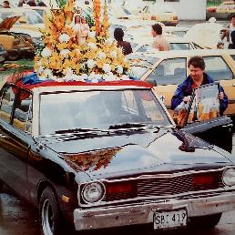 Taxi adornado para caravana de celebración del día de la Virgen Del Carmen